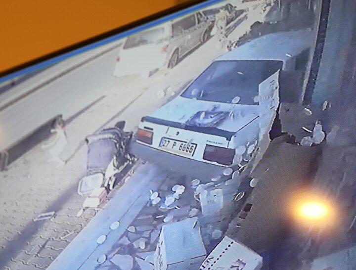 Dükkana giren otomobil, kasada duran iş yeri sahibi Hüseyin Tilkiye de çarpıp, durdu.