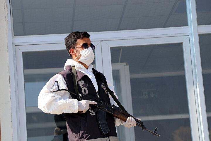 Evde izolasyon kurallarını ihlal eden koronavirüs hastaları iki  gün önce polis ekipleri tarafından yakalanarak öğrenci yurtlarına yerleştirilmeye başlandı. Vanın çeşitli ilçelerinde karantina ihlali yapan hastalar ambulanslarla Tuşba ilçesinde bulunan 140 yatak kapasiteli Süleyman Şah Öğrenci Yurduna getirildi.  Yurt önünde tulum giyip, maske takan polis ekipleri, çevrede sürekli devriye atarken, karantina ihlali yapan kişiler kaldıkları süre içerisinde masrafları kendileri ödeyecekler.