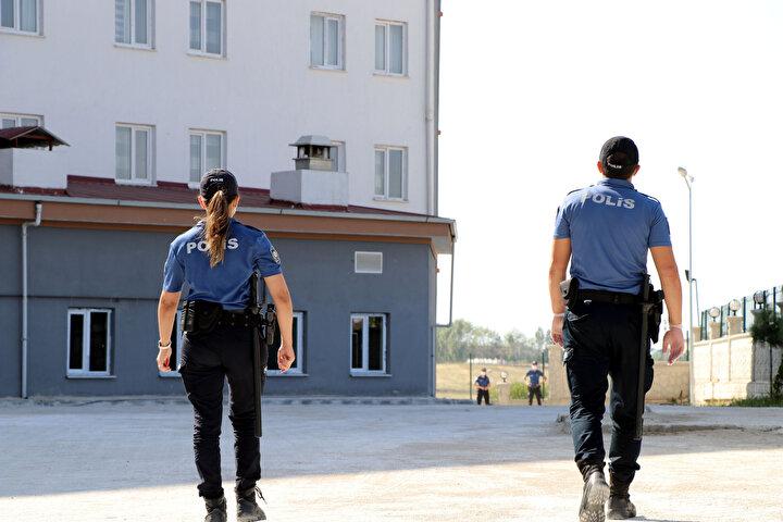 Vali Bilmez, karantinayı ihlal edip kaçan, yakalandıktan sonra da yurda yerleştirilen kişilerin hiç bir şekilde ayrılmalarına müsade etmeyeceklerini, polis ekiplerinin 24 saat esasına göre nöbet tuttuğunu söyledi.
