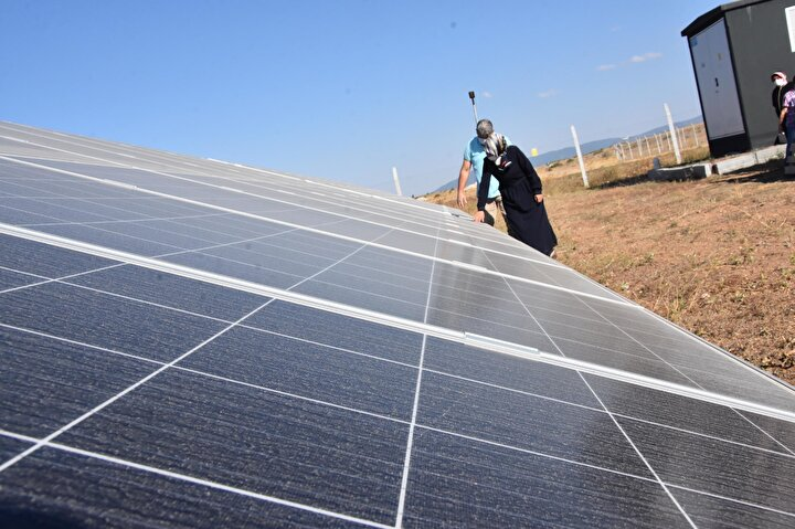 """Kararımızı verdik ve Sabuncupınar Seydiköy'de GES santralimizi kurduk. Bir arazimiz vardı ve burayı değerlendirdik. 350 bin dolarlık bir yatırım yaparak ilimize katkı sağladık. Bin 320 adet güneş panelimiz, 12 adet invertör var. Yılda 500 bin kilovat üretimimiz oluyor. Günlük 300 hanenin elektriğini karşılayabiliyoruz. Bir kadının başaramayacağı bir iş değil. Yapmak istedikten sonra yapabilirsiniz azimle her şeyin üzerinden gelinebilir. İleride tesisin kapasitesini yükseltmeyi hedefliyoruz"""" dedi."""