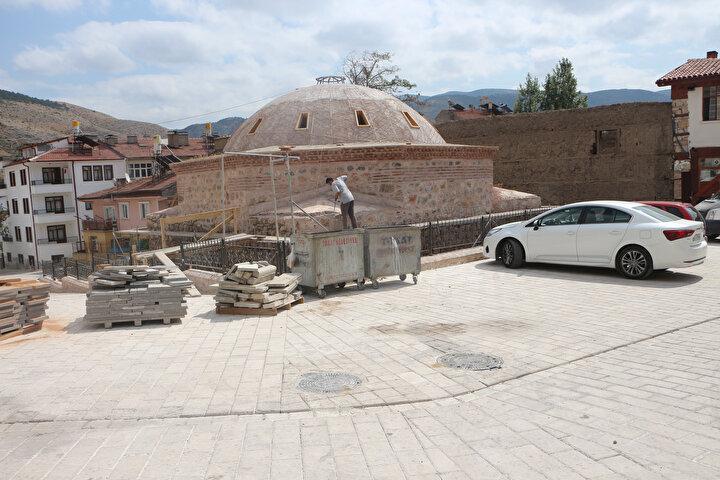 Kent merkezinde Sulusokak Çarşısında bulunan, Osmanlı döneminde 1600lü yıllarda umumi hela olarak yaptırılan, son dönemde ise depo olarak kullanılan bina Tokat Belediyesi tarafından restorasyona alındı.