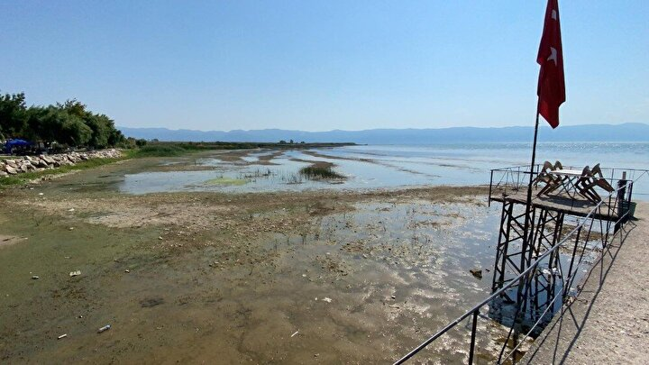 İznik Gölü su çekilmesinden dolayı her geçen gün kötüye gidiyor. İlçenin en büyük iskelesi su çekilmesinden dolayı endişe veren bir görüntü oluşturdu.