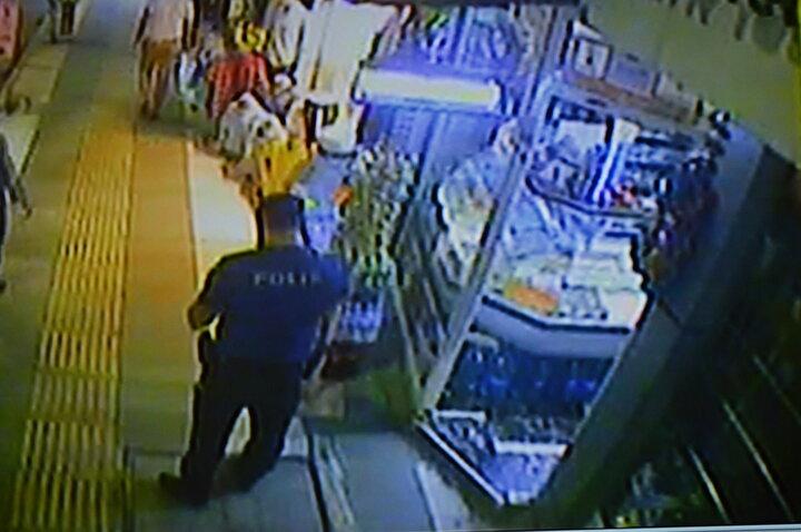 Öte yandan Küçükün polis ekipleriyle yaşadığı anlar güvenlik kamerasına yansıdı.