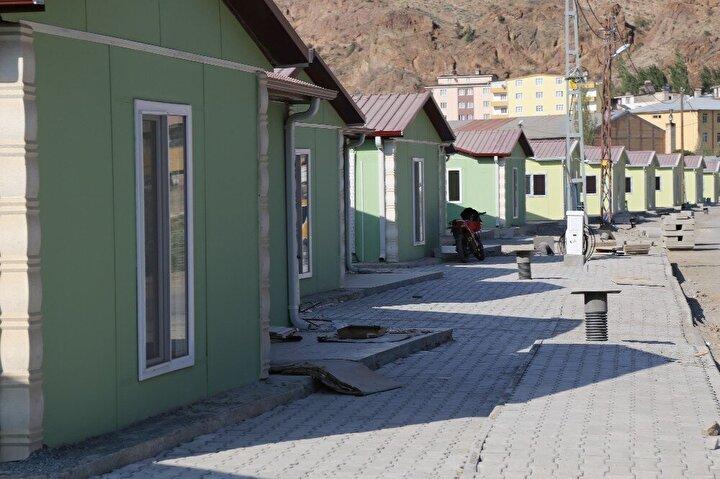 """Geçici prefabrik konutların 3 artı 1 şeklinde 90 metre kare olarak inşa edildiğini kaydeden Aytekin, """"Bu yapıları gezdiğimizde insanlarımızın yaşam alışkanlığına uygun yapılar olarak yapıldığını gördük. İnsanlarımız burada kira ödemeden kalacak. Buraya taşınan vatandaşlarımızın diğer özelliği de yeni yerleşim yerinde konut hak sahipleri. Bu vatandaşlarımız yeni yerleşim yerindeki evlerine 5 yıl ödemesiz 15 yıl faizsiz geri ödemeli bir sistemle sahip olacak. Yeni yerleşim yerinde 2 bin 257 konut, kamu yapılarından da yüzde 40 civarında kamu yapısı ihale edilerek yapımı büyük oranda tamamlanmak üzere. Önümüzde ki iki sene çok daha hararetli bir inşaat süreci var. Peyzaj park bahçe gibi düzenlemelerde bunun üzerine yapılacak inşallah. İçme suyu, bağlantı yolları, üst yapılar gibi tüm alanlarda yoğun bir çalışma devam ediyor. Hedef 2022'nin başlarında yetiştirilmesi. Ben herşeye rağmen '2023'te yeni yerleşim yerinde oluruz' diye düşünüyorum ifadelerini kullandı."""