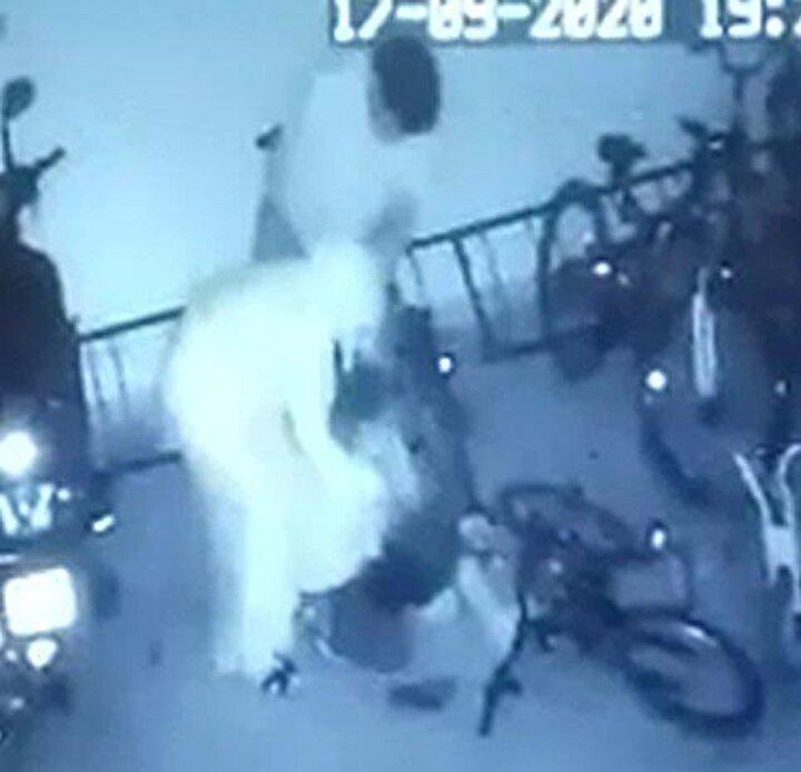 İki çocuk kavga etti. Daha sonra Muhammed Uğur K., bisikletini bırakmak için evlerinin bulunduğu apartmanın garajına gitti. Ancak burada, kavga ettiği çocuğun annesi Yüksel K. ile babası Mehmet K. tarafından tekme tokat dövüldü.