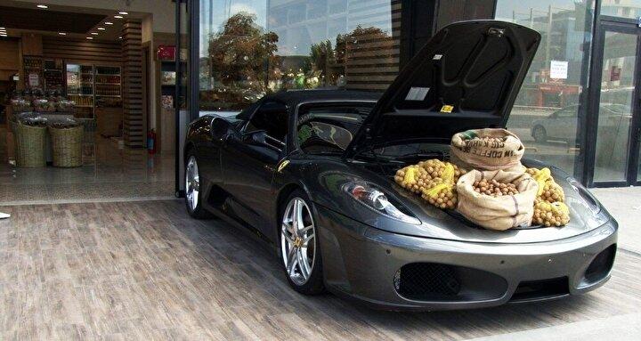 Ankara'da oto galerisi bulunan Abdullah Duman, yeni açtığı kuruyemiş dükkanının önünde, galerisinde bulunan ve piyasa değeri yaklaşık 1.8 milyon lira olan Ferrari F430'un bagajında ceviz satışı yaptı.
