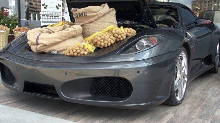 Dükkanı ziyaret eden müşteriler ise kilosu 30 liradan satılan cevizden ziyade lüks otomobile ilgi gösterdi.