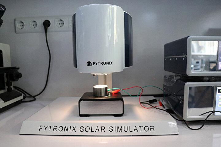 Mevcut cihazınotomatik olarak ışık şiddetini ayarlayabilme, akım voltaj eğrisini alma, güneş pilinin güç voltaj eğrisini alma, güneş pilinin fotovoltaik mekanizmasını analiz etme gibi güneş pili ile ilgili bütün parametreleri hesaplayabildiğini aktaran Yakuphanoğlu, İthal cihazlarda bu özelliklerin bir kısmı bulunurken yerli cihazımız, bir start tuşuna basarak herhangi bir güneş pilinin tüm elektriksel analizlerini aynı anda yapabiliyor diye konuştu.