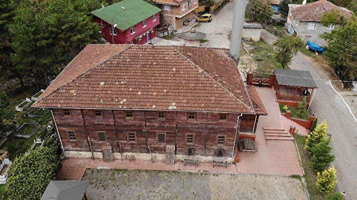 Resmi kayıtlarda inşa tarihi kesin olarak bilinmeyen Akçahatipler Köyü Merkez Camisi, iki asrı aşkın süredir cemaatini ağırlıyor. Anadoludaki ahşap mimarinin iyi örneklerinden birini oluşturan cami, yapıldığı dönemden bugüne çevresindeki 10u aşkın köye hitap ediyor.