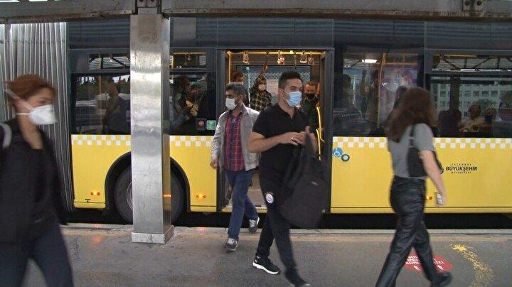 Bu kapsamda geçtiğimiz cuma günü İstanbul Valiliği, İl Pandemi Kurulu toplantısında kademeli mesai saatleri ve esnek çalışma usulüne geçilmesine karar verdi. Bu uygulamaya göre, toplu taşıtlarda yoğunluğun en üst seviyelerde olduğu 07:00-09:00 ve 17:00-20:00 saat dilimleri arasında farklı meslek gruplarının ayrı saatlerde mesaiye başlamaları kararlaştırıldı.