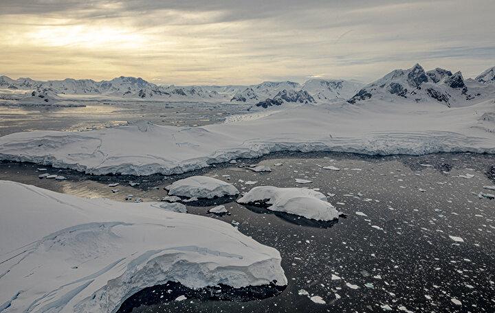 Varank, sosyal medya hesabından konuya ilişkin yaptığı paylaşımda, Gezegenin Kara Kutusu: Antarktika belgeseli izleyicilerle ilk kez TRT ekranlarında buluşacak. Türk bilim insanlarının Beyaz Kıtadaki serüvenini anlatan bu görsel şöleni sakın kaçırmayın. ifadelerini kullandı.