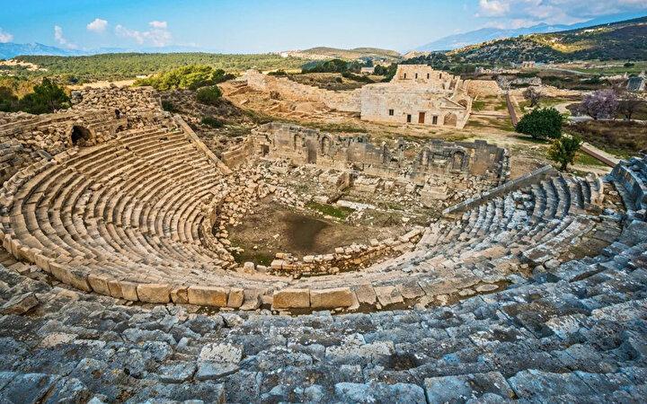 Dört mevsim gezilebilecek Akdeniz kıyılarında bulunan antik şehrin ziyaret saatleri kış ve yaz dönemi olarak değişiklik gösteriyor.