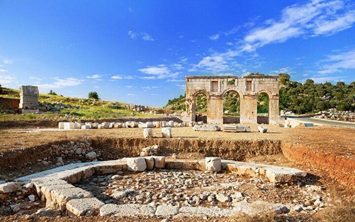 Tarihi boyunca çeşitli sebeplerle bölgenin en önemli şehri olan Patara, Xanthos Vadisindeki denize açılabilecek tek yer olmasıyla önemini katlıyor.