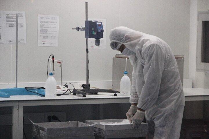 Manisa Organize Sanayi Bölgesinde bulunan firmada özel steril odalarda üretimi yapılan beta trikalsiyum fosfat temelli sentetik kemik greftleri 58 ülkeye ihraç ediliyor. Kemik cerrahisinde çok önemli yere sahip olan sentetik kemik greftleri kemiğin kendini iyileştirmesinin ardından vücuda negatif bir etki bırakmadan ve ikinci bir ameliyata gerek kalmadan yok olurken yerli ve milli olan firma bugün 58 ülkeye ihracat yaparken birçok ülkeye de ihracat için gün sayıyor.