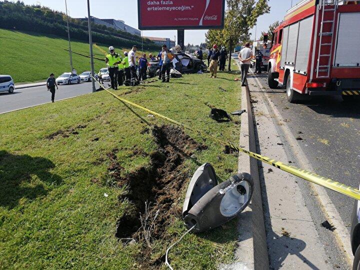 Kaza sonrası hurdaya dönen otomobil de çekici ile bulunduğu yerden kaldırıldı.