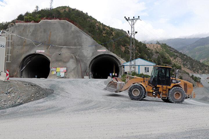 21,4 kilometresi tamamlanan Yeni Zigana Tüneli ile Başarköy Vadisinden 1015 metre kotundan girilip, 1264 metre kotuna yüzde 3,30 eğimle tırmanılacak. Yüzde 0,85 eğimle de inilerek, Köstere Vadisinden 1212 metre kotundan çıkacak tünelle Zigana Dağı geçilecek.