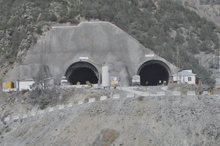 40 DAKİKA KISALACAK  Mevcut Zigana Tüneli, yaklaşık 1800 metre kotlarından geçerken, Yeni Zigana Tüneline ise yaklaşık 800 metre daha düşük kottan girilerek, Zigana Dağı geçilmiş olacak. Tünel, Gümüşhane ile Trabzon arasındaki ulaşımı 40 dakika kısaltacak. Doğu Karadenizi Orta Doğu, Kafkaslar ve İrana bağlayan tarihi İpek Yolunun geçtiği güzergahta Zigana, tamamlandığında dünyanın ikinci, Avrupanın ise en uzun çift tüplü karayolu tüneli olacak. Dünyanın en büyük karayolu tüneli ise 18,2 kilometre uzunluğuyla Çinde bulunan Zhongnanshar adlı, çift tüplü tünel.