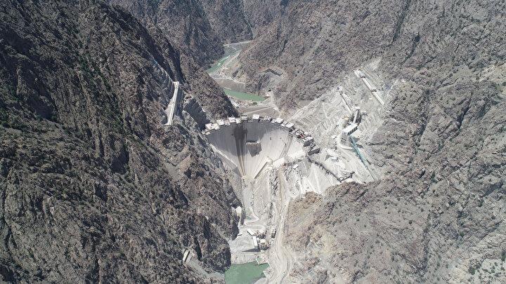 Günde 6 bin 500 metreküp beton dökümünün 3 hava hattı ile taşımalı olarak sürdüğü baraj projesinde gelecek yılın yarısından itibaren su tutulmaya başlanacak, 2021de ise elektrik üretimine geçilecek.