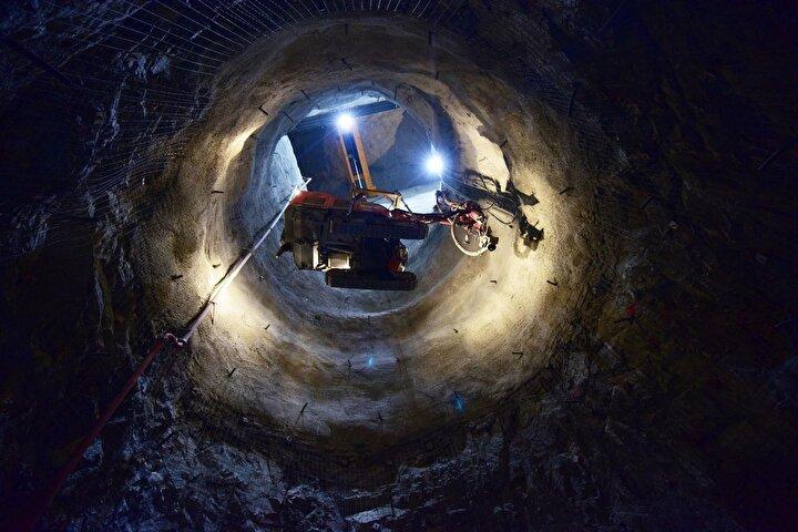 4 milyon metreküplük beton imalatı planlanan Yusufeli Barajının gövde yüksekliği 100 katlı gökdelene eş değer olacak.