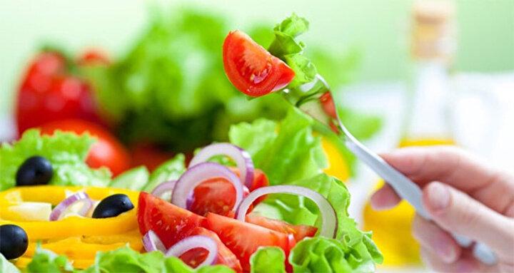 Tabağınızda Renk Olsun  Her bir öğünde mutlaka tabağınıza aldığınız yiyeceklerde renkli olanları tercih edebilirsiniz. Bu size besin çeşitliliği sağlamada yardımcı olur. Kırmızı, turuncu, sarı, yeşil sebzelerle çeşitlilik sağlayabilirsiniz.