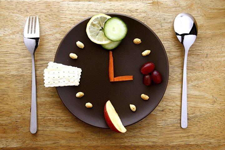 Öğün Atlamayın  Saat 19.00'dan sonra yemek yemenin kilo aldıracağı bir efsanedir. Gece geç saate kadar çalışan insanların akşam yemeğini atlamaları gerektiği anlamına gelmez. Akşama kadar kalorilerinizin yüzde 70'ini akşam yemeğinde ise yüzde 30'nu ne olursa olsun yemelisiniz.Akşam yemek yemeği bırakmak metabolizmayı yavaşlatmaya neden olur. Bu öneri tabi ki saat 19.00'dan önce yemek yemeye fırsatı olmayan yoğun çalışanlar için önemlidir.