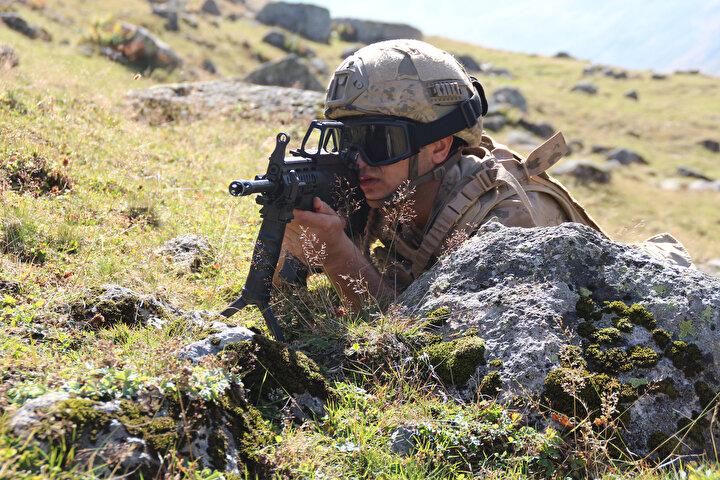 Rize kırsalında, jandarma komando timleri, terör örgütü PKKnın Karadeniz Bölgesine olası geçişini önlemek için kırsal alanda denetim ve kontrollerine aralıksız devam ediyor.