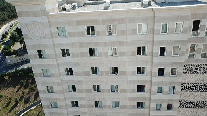 Karantinada olan vatandaşların sık sık odalarının camlarından baktıkları görülürken öğrenci yurdu havadan da görüntülendi.