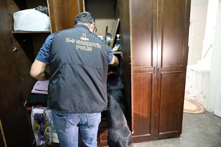 Bir polis helikopteri ile dedektör köpek Gecenin de kullanıldığı operasyon kapsamında Vatan Mahallesindeki bir eve yapılan baskında, bir kişinin başındaki peruğun altında satışa hazır metamfetamin buldu.