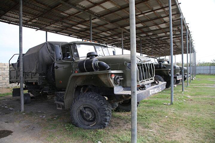 Ural markalı kamyonların çoğu çalışır durumda fakat araçlarda çatışmaların izleri görülüyor.