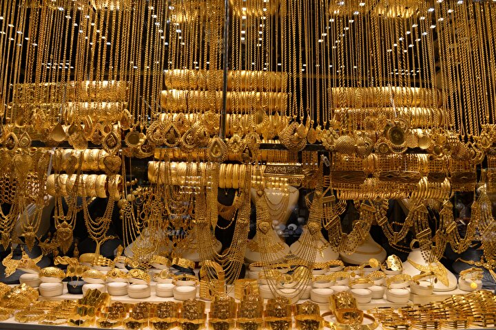 Evlenen çoğu çift, düğünde kendilerine takılacak takılarla düğün masraflarını karşılamanın hesabını yapıyor. Ancak altın fiyatlarının yükselmesiyle çoğu düğünde, bazı davetliler, gerçeğinden ayırt edilemeyen ve imitasyon olarak adlandırılan sahte altın takmaya başladı. Takılardaki sahte altın ise ancak kuyumcuya bozdurmak için getirildiğinde anlaşılabiliyor.