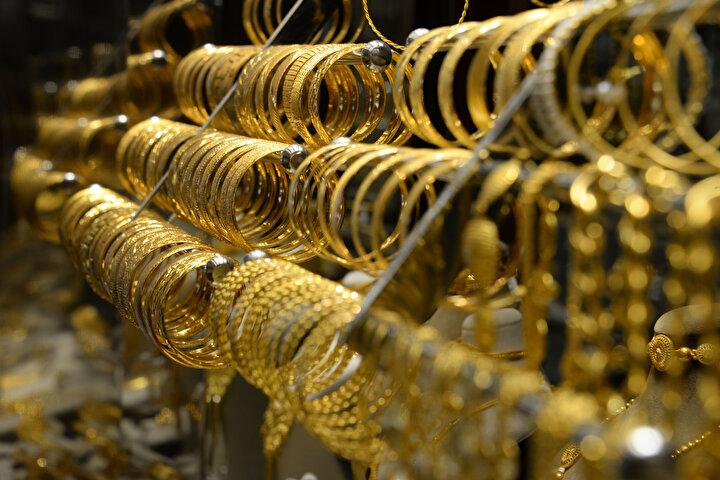 DÜĞÜN SAHİPLERİ BU DURUMU ÖĞRENİNCE ŞOK YAŞIYORDiyarbakır Kuyumcular Odası Başkanı Yunus Öner, son zamanlarda imitasyon takı takma oranında çoğalma olduğuna dikkat çekti. Düğün sahiplerinin takıları kuyumcuya getirip, bunların altın olmadığını öğrendiğinde şok yaşadıklarını belirten Öner, her bütçeye uygun altın olduğunu hatırlatarak şunları söyledi: