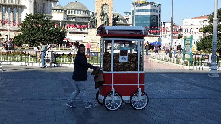 Taksim Meydanı ve İstiklal Caddesi üzerinde bulunan ve bölgede bir sembol olan simitçi tezgahları İBBnin onayı ile Beyoğlu Belediyesi tarafından dizayn edilmişti.