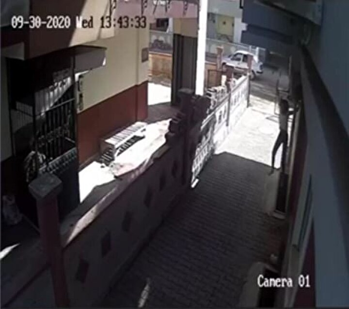 Olay, 30 Eylül Çarşamba günü Kepez ilçesine bağlı Teomanpaşa Mahallesi'nde meydana geldi. Edinilen bilgiye göre, bir apartmanın bahçesindeki motosikleti çalmaya giren birisi yaşları 10 ila 15 arasında 2 kişinin motosikleti kaçıracağı sırada onları fark eden Ayşe K. (15) pencereden atlayarak motosikletin önüne geçti.