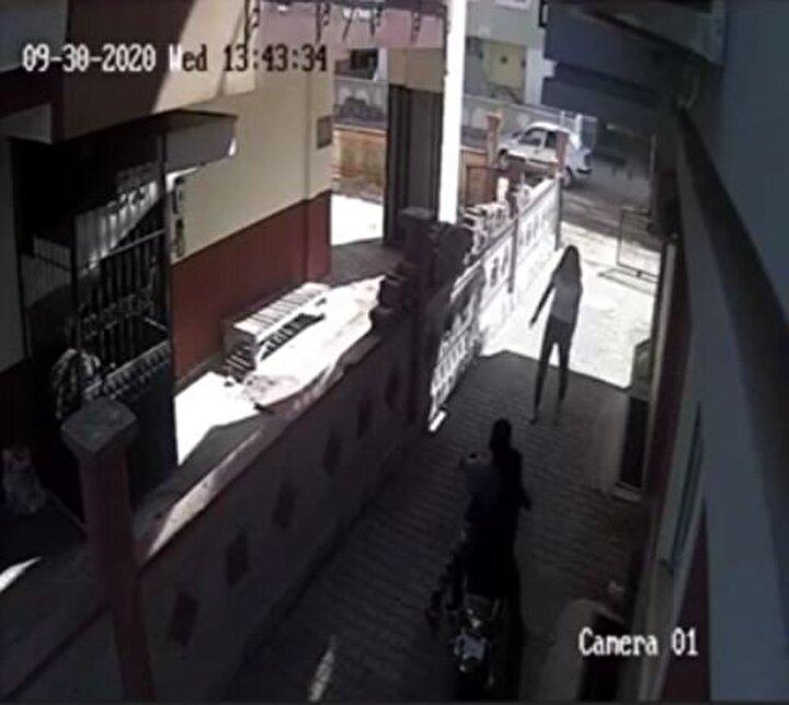 Neye uğradığını şaşıran hırsızlar, genç kızın saldırısından sakınmak için motosikleti bırakarak kaçmaya başladı.