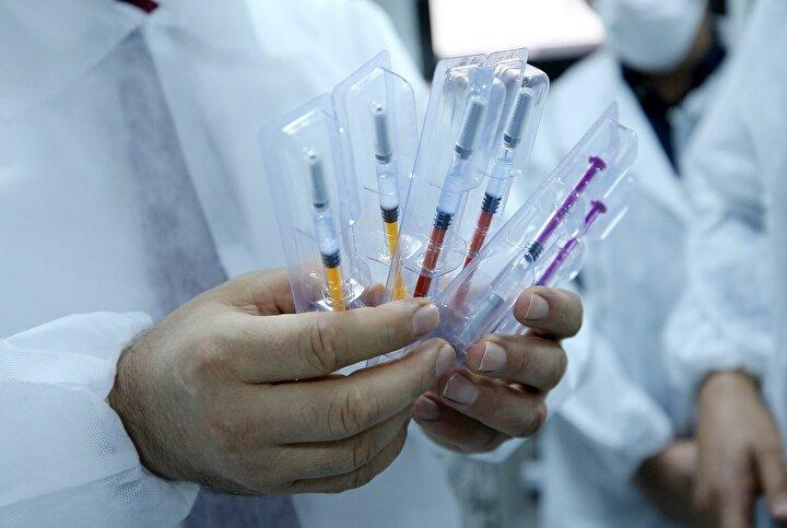 Sağlık Bakanı Koca, Cumhurbaşkanı Erdoğana yerli aşı çalışmalarında gelinen noktaya ilişkin şu bilgileri iletti: Bir müjdeyi sizlerle paylaşmak istiyorum. Özellikle Kovid-19 ile ilgili Türkiyede 13 aşı çalışmasının yapıldığını biliyorsunuz. Bu aşılardan bir tanesi de Erciyes Üniversitesi ve Bakanlığımız tarafından desteklenen Aykut Özdarendeli Hocamızın aylardır üzerinde çalıştığı bir aşının dün hayvan çalışması başarıyla tamamlandı. Preklinik çalışması bu şekilde bitmiş oldu. İnsan çalışması safhasına gelmiş olduğunu müjdelemek istiyorum.