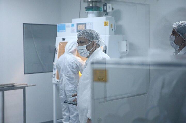 Kontrol grubu olan aşı yapılmayan 9 transjenik hayvanın 4ünün öldüğünü, 5inin akciğerlerinde virüsün tespit edildiğini vurgulayan Koca, Erdoğana, Geldiğimiz noktada çalışmaları devam eden 13 aşıdan bir tanesinin transjenik hayvan üzerinde yapılan challenge dediğimiz safhayı başarıyla tamamlayan ilk aşı olduğunu söylemek istiyorum. dedi.