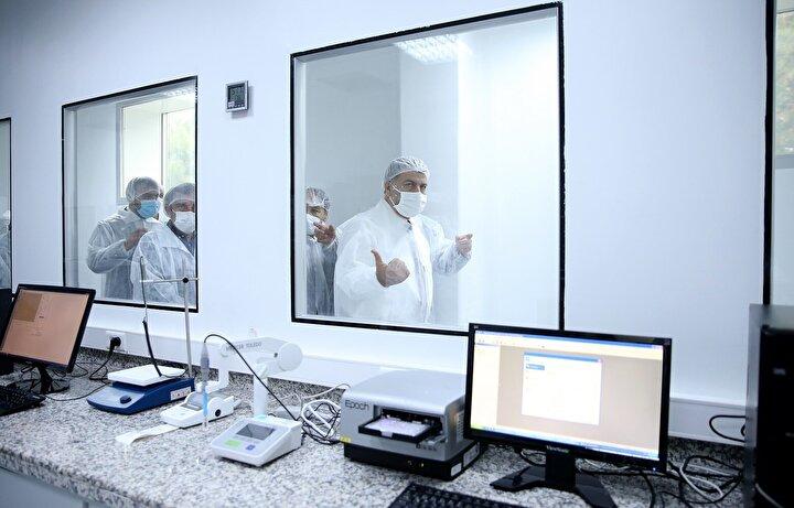Bakan Fahrettin Koca, yine Prof. Dr. Aykut Özdarendelinin çalıştığı ikinci aşının da preklinik çalışmalarının bittiğini ve hayvan çalışması safhasına ikinci aşı olarak gelindiğinin bilgisini verdi.