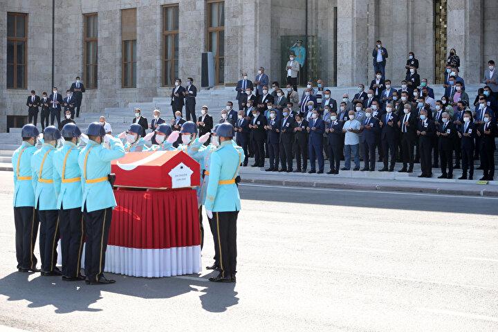 Ahlatda 1949 yılında doğan Ergezen, Ankara Devlet Mühendislik ve Mimarlık Akademisi Mimarlık Bölümünden mezun oldu. Bitlis ve Muşta Bayındırlık İl Müdürlüğü, Köy Hizmetleri Genel Müdürlüğünde İnşaat Dairesi Başkanlığı ve Emniyet Genel Müdürlüğünde İnşaat Emlak Dairesi Başkanlığı görevlerinde bulunan Ergezen, Adalet ve Kalkınma Partisi Kurucu Üyeleri arasında yer aldı.
