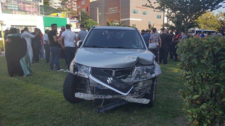 Sürücü Hasan Aksoy, aracın bir anda hareket ettiğini ve frene basmasına rağmen durduramadığını söyledi.