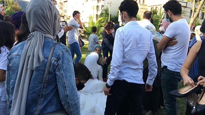 Gelin Melek Acar ise gözyaşlarını tutamadı.