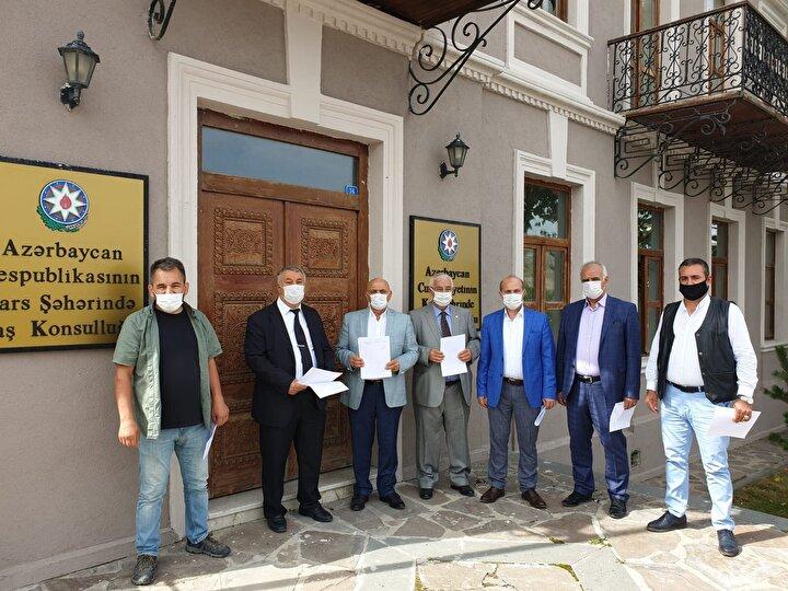Azerbaycan Başkonsolosu Nuru Guliyevle görüşen Iğdır Azerbaycan Evi Derneği Başkanı Serdar Ünsal, Iğdırda bulunan sivil toplum kuruluşları olarak Azerbaycanın yanındayız. Gönüllü olarak Azerbaycana giderek cephede savaşmak istediğimize dair dilekçemizi sunduk. İki devlet bir millet ilkesi doğrultusunda Azerbaycanın yanındayız dedi