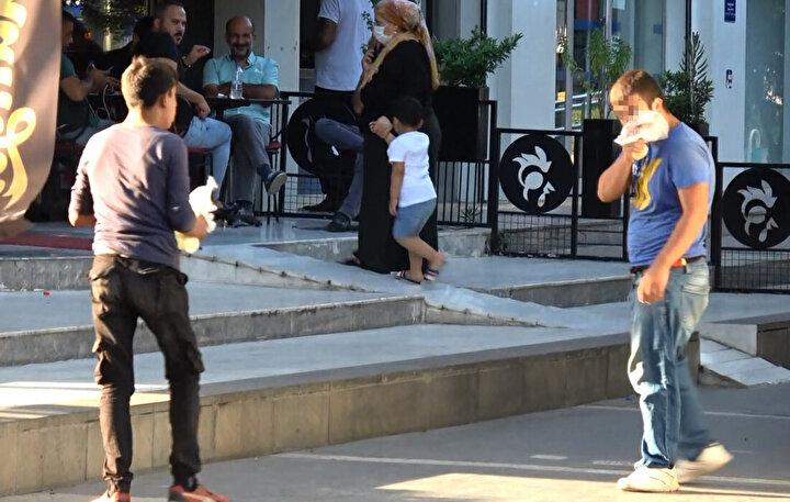 Kentin en işlek bölgelerinden, Seyhan ilçesi Çınarlı Mahallesi Atatürk Caddesinde yürüyen 2 genç, ellerindeki poşet içerisindeki uçucu maddeyi solurken görüntülendi.