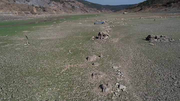 Türkiye'de son yılların en sıcak ve kurak yıllarından biri yaşandı. Sıcaklıklar yıl boyu mevsim normallerinin üzerinde seyretti. Eylül ayında ortalama 65 kilogram yağış düşmesi beklenen İstanbul'a, yalnızca 22 kilogram yağış düştü. Bu durum barajlardaki doluluk oranının da azalmasına neden oldu. İstanbul'da barajlardaki doluluk oranı, yüzde 35'lere kadar geriledi. İstanbul'un önemli su kaynaklarından Sazlıdere Barajı'nın suyunun her geçen gün çekilmesi ve baraj tabanındaki derin çatlaklar ise endişe verici. Doluluk oranı yüzde 9,67'ye kadar gerileyen barajdaki kuraklık, havadan da görüntülendi.