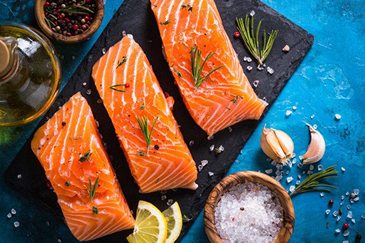 Soğan, sarımsak şart: Balığın vazgeçilmezi soğan ve sarımsağın içeriklerinde bulunan kuersetin gibi antioksidanlar bağışıklık sistemimizin daha güçlü olmasına katkı sağlıyorlar. Yapılan klinik çalışmalarda balığın içerdiği omega 3 yağ asitlerinin kan basıncı ve kandaki yağların düzeylerini düşürerek, insülin direncini azaltabildiği gösterilmiş. Özellikle yüksek kan şekeri seviyesine sahipsiniz balığın yanında tüketeceğiniz soğanla daha dengeli kan şekeri seviyesi elde edebilirsiniz.
