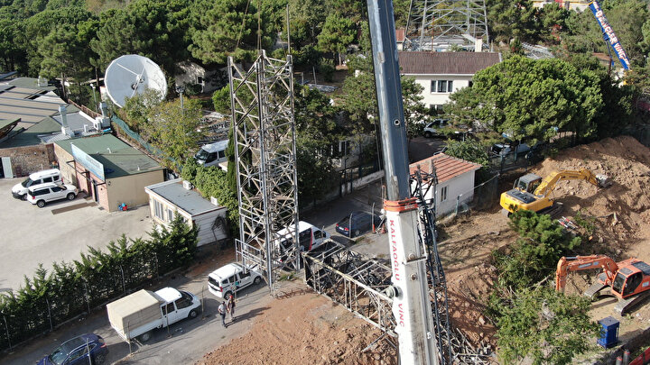 Çamlıcayı kule ve antenlerden temizlemek için yoğun mesai harcayan işçiler, 100 metreden fazla yükseklikteki kulelerde sökme çalışmalarına devam ediyor. Ayrıca çalışmalarda dev vinçler de kullanıyor.