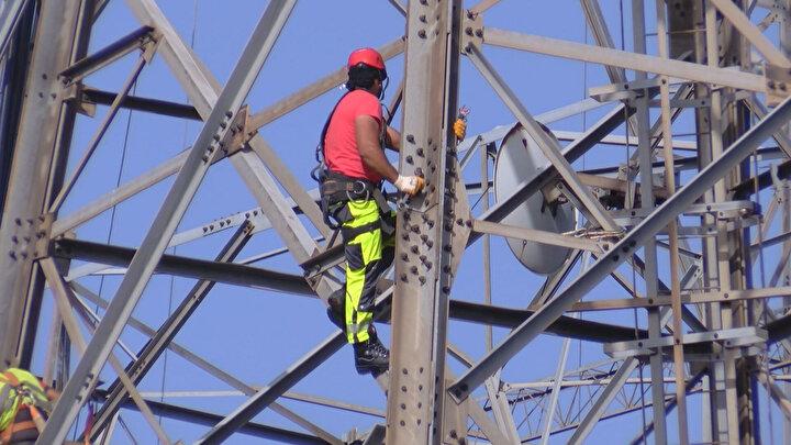Cuma gününe kadar Çamlıca tepesinin kule ve antenlerden tamamen temizlenmesi planlanıyor. İşçilerin metrelerce yükseklikteki kulelerdeki yoğun mesaisi, havadan da görüntülendi.