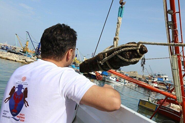 Dalgıçlar yaklaşık 45 dakika süren çalışma ile yaklaşık 800 kilogramağırlığındaki topu tekneyle karaya çıkarttı. Tekneden kamyona taşınan top daha sonra Kocaeli Müze Müdürlüğü'ne götürüldü.