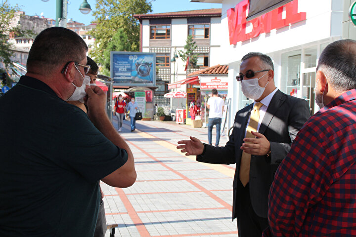 VALİYİ KARŞISINDA GÖRENLER ŞAŞKINLIK YAŞADI  Vali Kemal Çeber de artan tehlikeyi yerinde görmek ve tedbirleri gözden geçirmek için sokağa indi, denetimlerde bulundu. Cadde ve sokakları gezen Vali Çeber, çay ocakları önünde oturanların yanına gitti, vatandaşları maske ve sosyal mesafe kuralına uymaları yönünde uyardı.