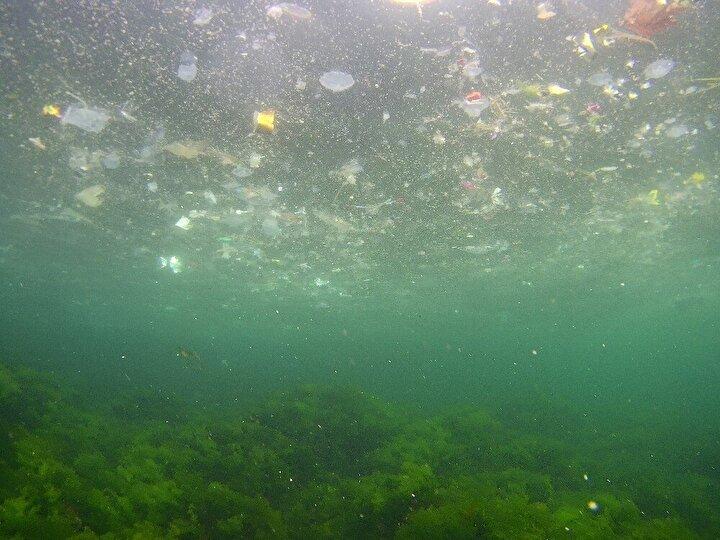 Ayrıca havadan çekilen görüntülerde ise kıyıda bir şerit halinde uzanan çöpler, denizin güzelliğine gölge düşürdü.