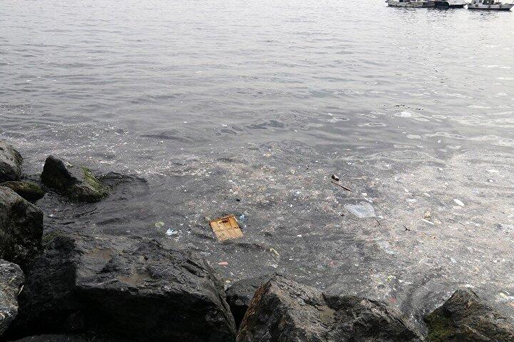 """""""İnsanların biraz daha dikkatli olması lazım. Yediklerini içtiklerini çöp kutusuna değilde buralara atarlarsa denizi böyle kirli görürüz. Temizlik yapan belediye araçları da sahil şeridinden geçmediği için buralar hep pislik içinde. Hem insanlar, hem burayı temizleyen kişiler biraz daha dikkatli olursa daha güzel olur. Burası boğaz sürekli akıntı olduğu için pislik kalmıyor. Ama kıyıda köşede kalan pislikte bizim için kötü."""""""